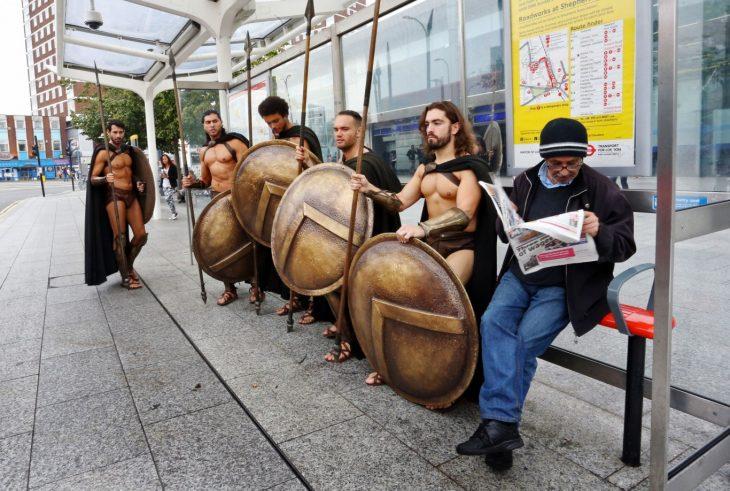 Espartanos esperando el autobus