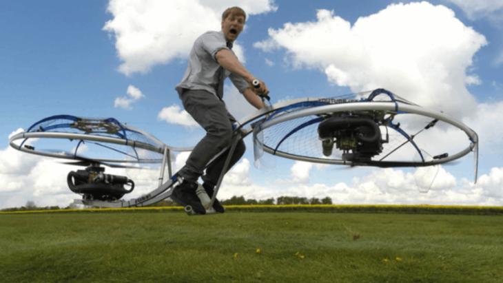Inventa moto voladora en su garage