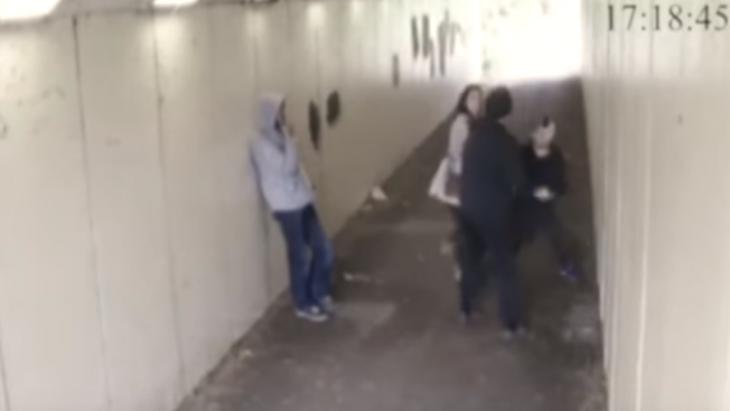 jovenes peleando en un tunel
