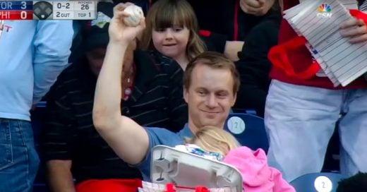 Atrapa la pelota en un partido de Béisbol de forma Épica ¡sin guante y mientras cargaba a su hija!