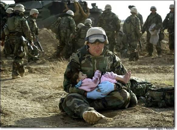 soldado con niña en brazos