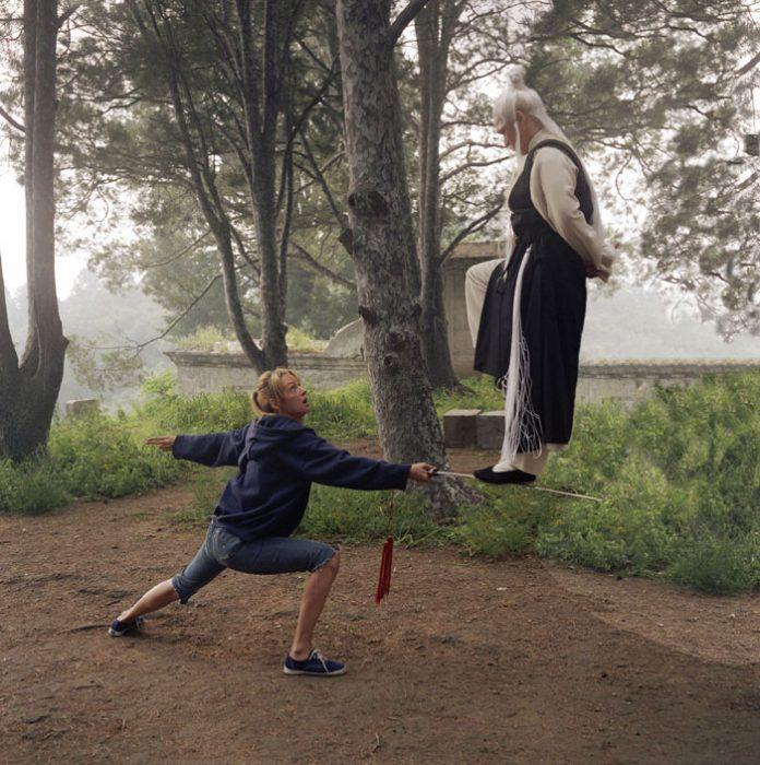maestro encima de espada de mujer