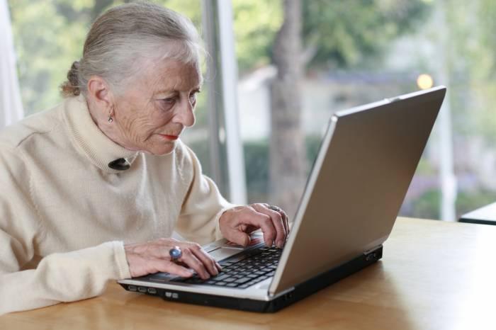 Abuelita utilizando la computadora