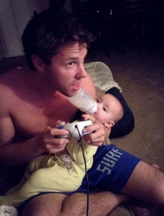 bebe comiendo con papá jugando videojuegos