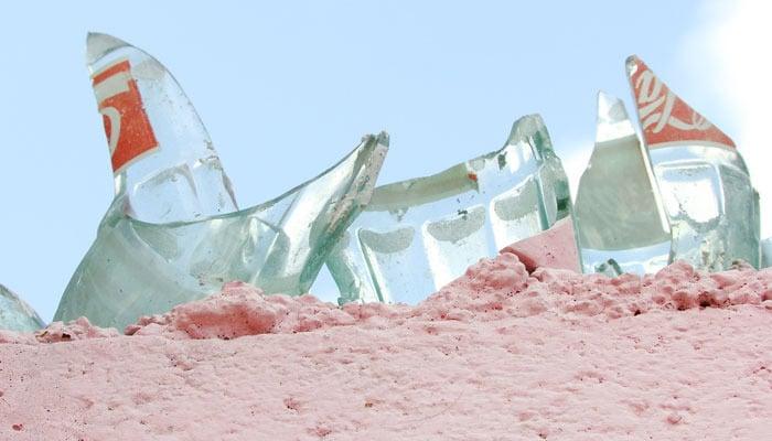 Barda con vidrios de botellas