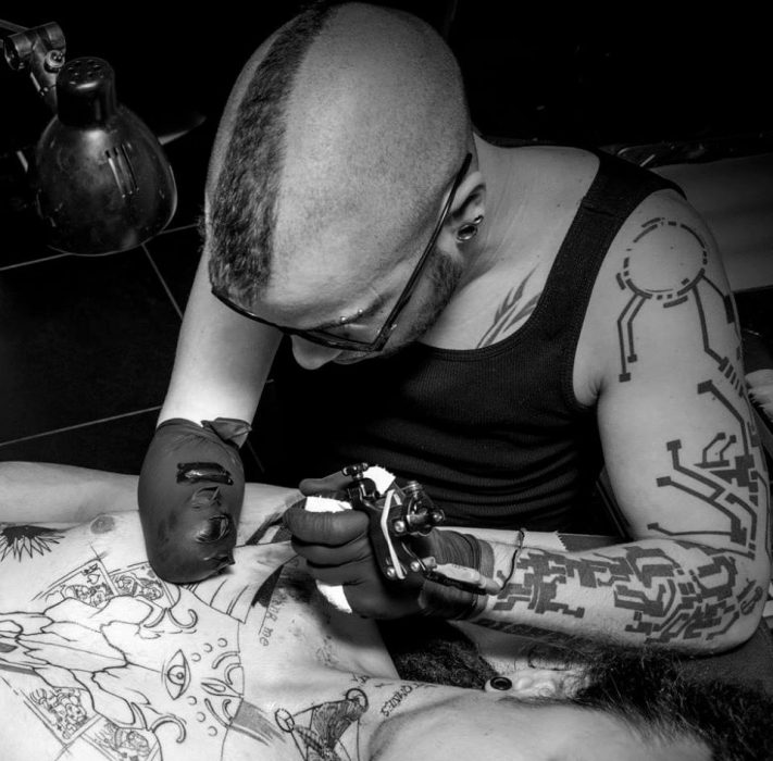 Tatuando con un solo brazo