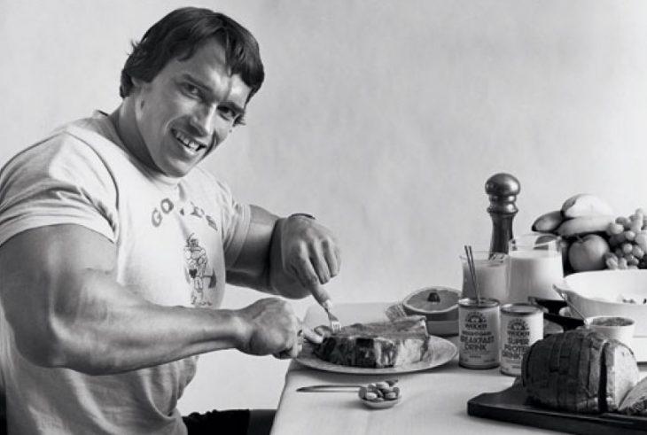 arnols schwarzeneger comiendo carne