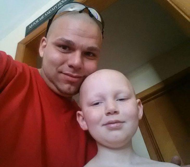 Padre acompaña a su hijo con cáncer