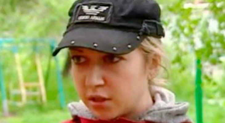 chica rusa con gorra negra