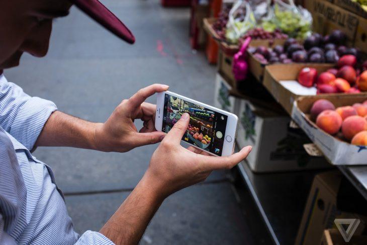 hombre tomando foto de frutas con iphone