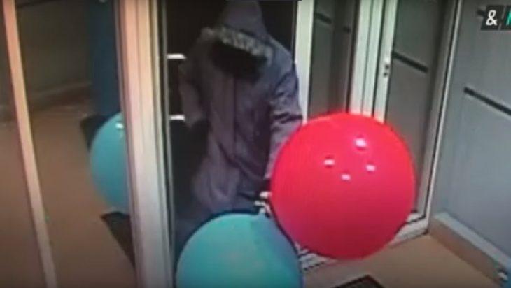 Ladrón roba cajero utilizando globos