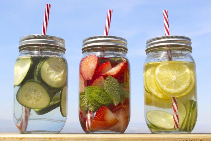 frascos con agua y frutas y verduras