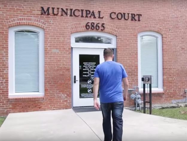 hombre caminando a la corte