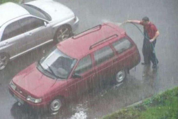 Lavando el coche con lluvia
