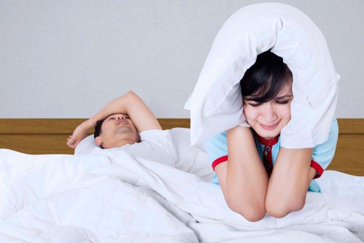 parejan en cama hombre roncando