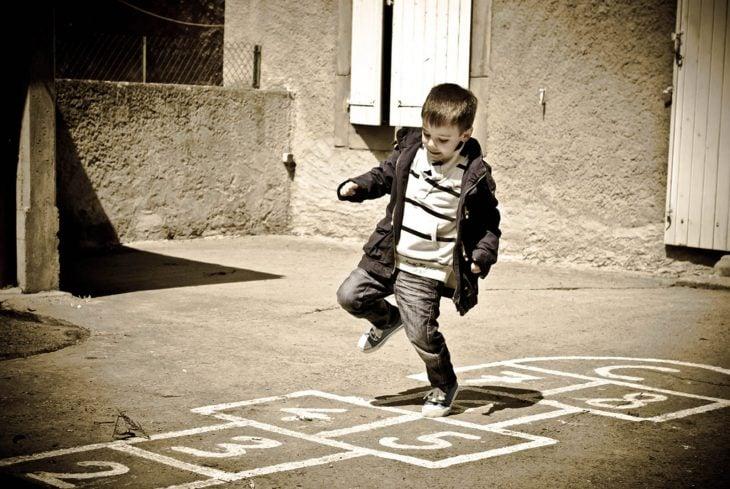 Niño jugando a la rayuela