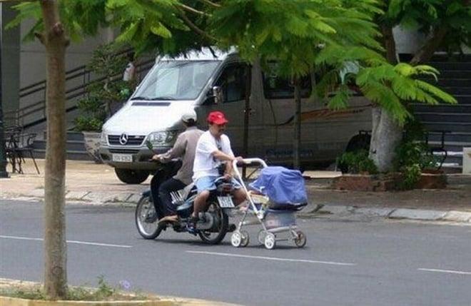 papa arrastrando carreola en moto