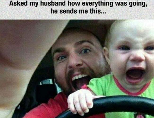 bebé manejando papá gritando atras