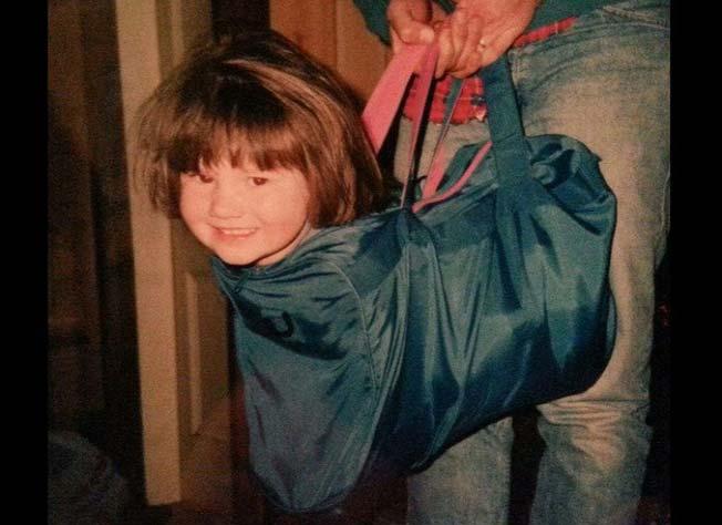 niño en mochila