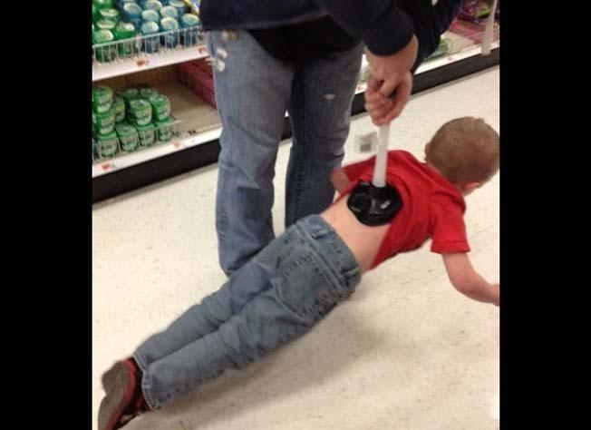 Niño sostenido con destapacaños