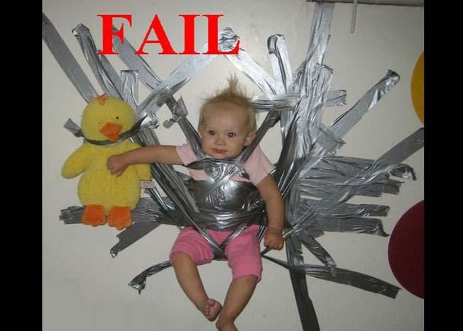niña pegada a la pared con cinta