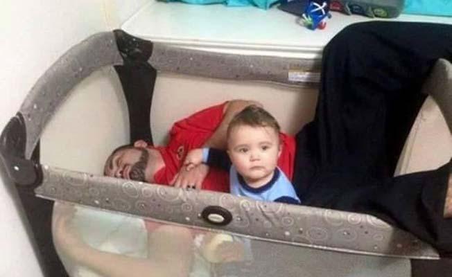 hombre dormido en cuna con bebe