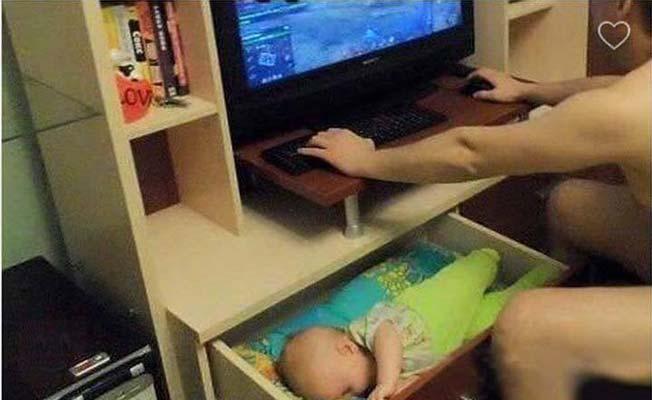 niño en cajón y papa en computadora