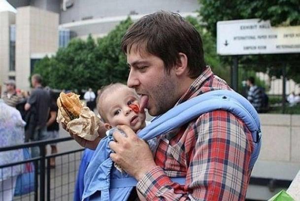 papá lamiendo a bebé