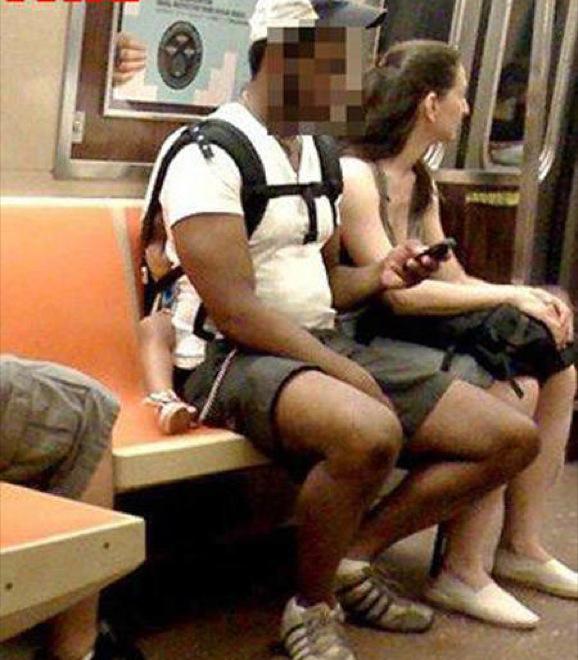 hombre sentado en bebé en el metro