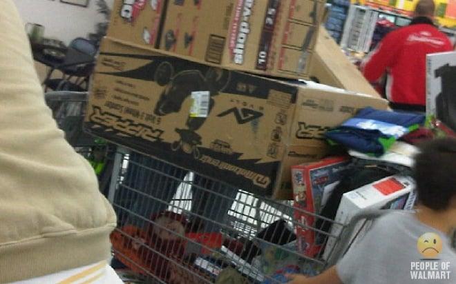 niño en carrito abajo de cajas