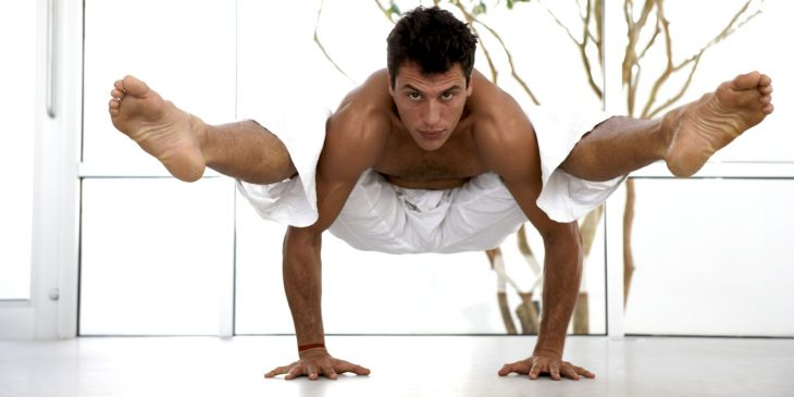 hombre haciendo ejercicio de yoga apoyado en los brazos