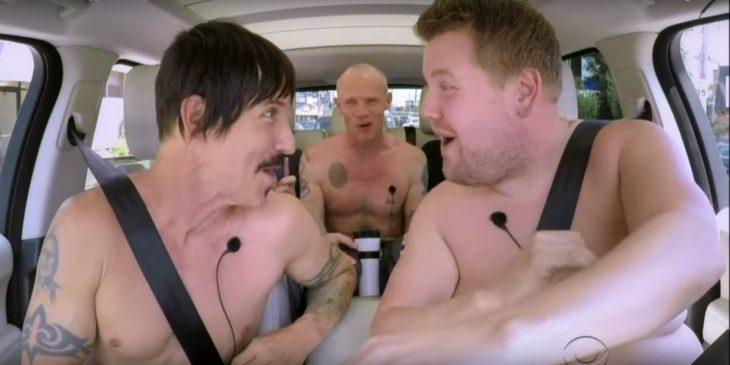 RHCP se desnudan y cantan en un auto