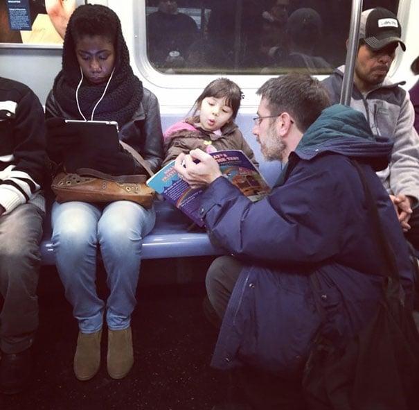 papa con hij ane l metro