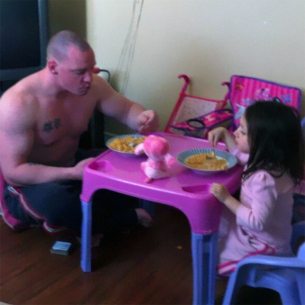 papa comiendo en mesita de niña