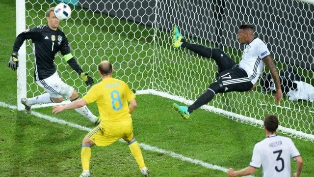 jugador evita gol en porteria