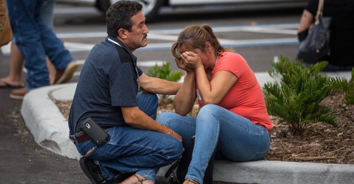 mujer sentada en el psi llorando hombre consolando