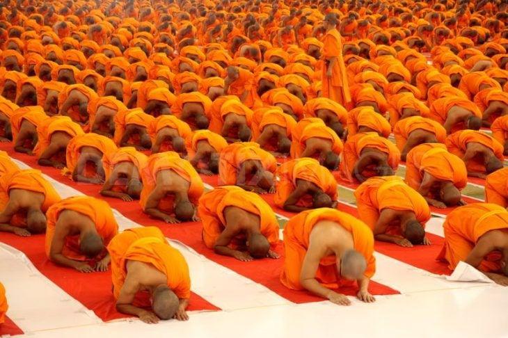 monjes budistas en reverencia