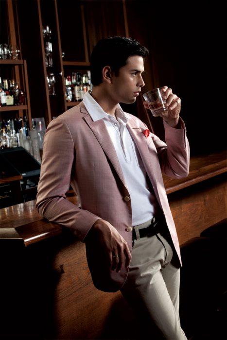 hombre con saco sport recargado en bar