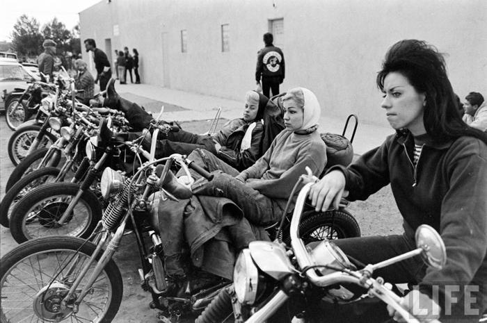 mujeres en motos