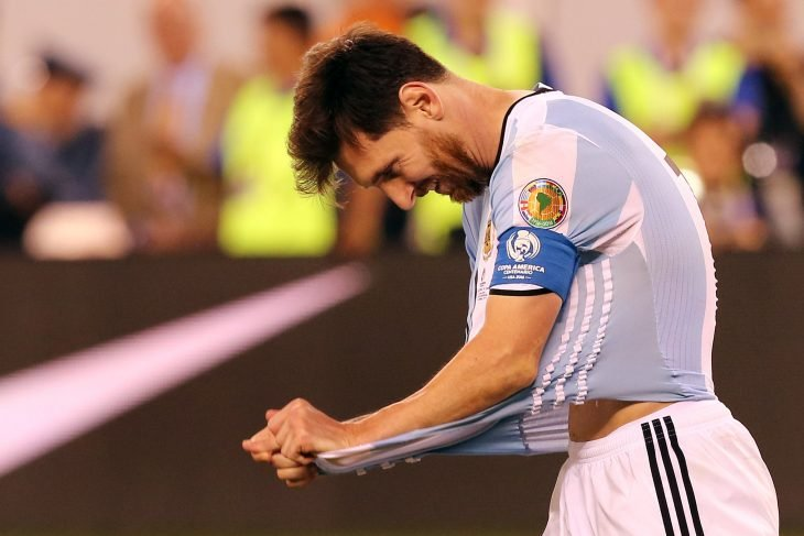 Messi se jala la playera