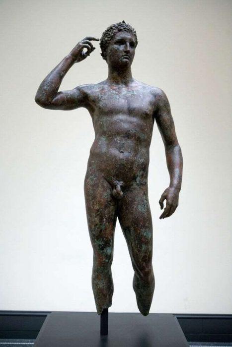 estatua antigua pene pequeño