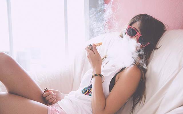 fumando acostada