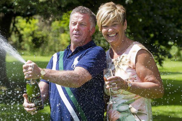 Pareja celebra con champaña