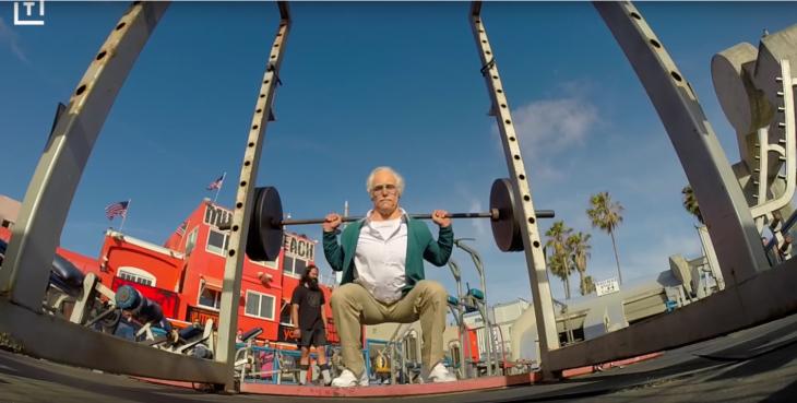 anciano levantando pesas