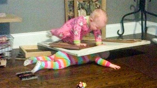 bebe aplastando a otro