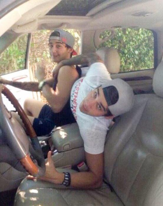 hermanos sentados en camioneta