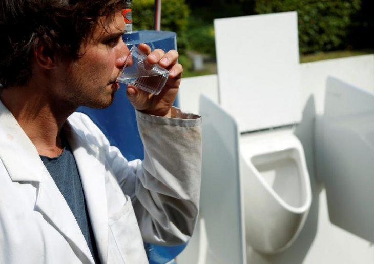científico belga toma agua