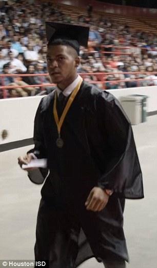 estudiante graduandose