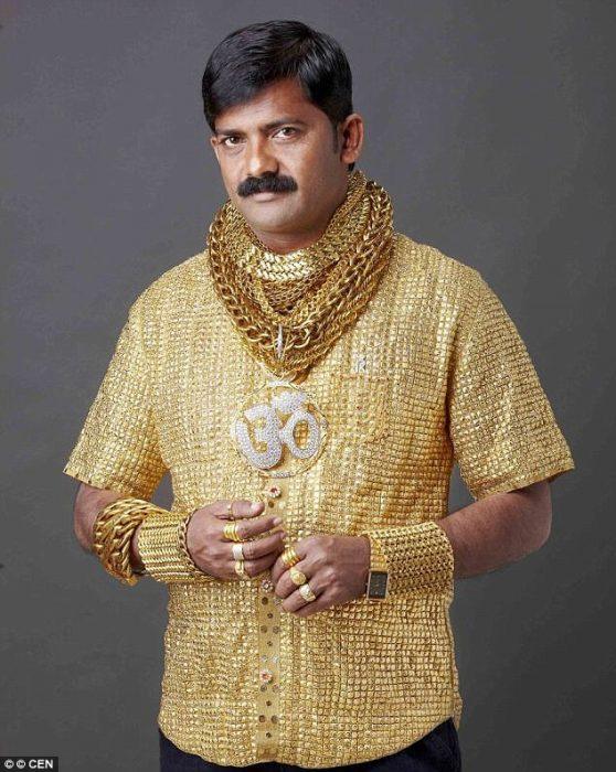 hombre camisa de oro