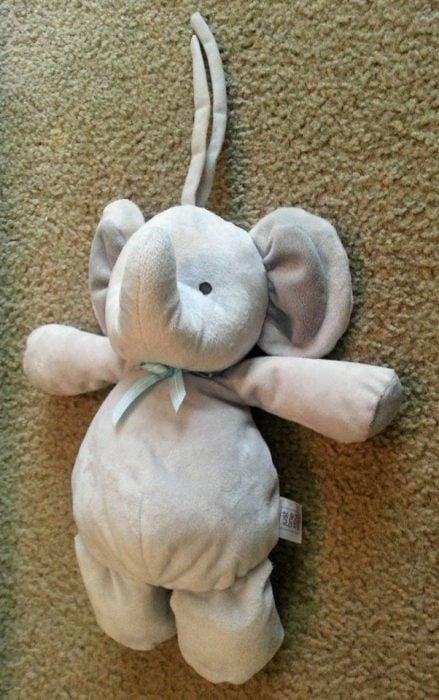 elefante Niño pierde su juguete favorito